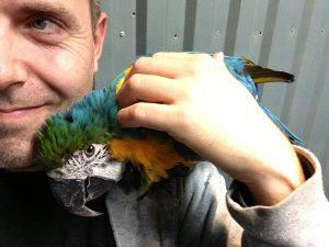 Her er Svenning sammen med fuglen sin Tika.